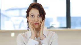 Rendimento insufficiente, ribaltamento della donna tramite i risultati Fotografie Stock