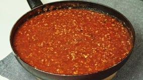 Rendre sous pour faire cuire le Bolonais de spaghetti dans la cuisine banque de vidéos