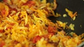Rendre sous pour faire cuire le Bolonais de spaghetti dans la cuisine clips vidéos