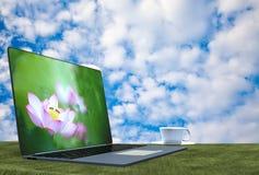 rendu 3d d'un ordinateur portable avec le vert Photos libres de droits