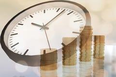 rendu 3D des piles des pièces de monnaie et du temps Photo stock