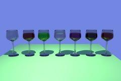 rendu 3D des verres de vin avec le fond bleu Photos stock