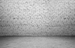 Rendu d'intérieur avec le vieux mur de briques blanc et le plancher en béton photo stock