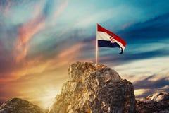 rendu 3d d'onduler le drapeau croate sur le paysage rocheux dans l'e illustration de vecteur