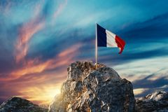 rendu 3d d'onduler le drapeau français sur le paysage rocheux pendant la veille illustration stock