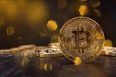 rendu 3D d'une crypto pièce de monnaie de devise avec des pièces de monnaie à l'arrière-plan photographie stock libre de droits