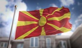 Rendu du drapeau 3D de la république de Macédoine sur le ciel bleu construisant le CCB Image libre de droits