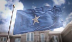 Rendu du drapeau 3D de la Somalie sur le fond de bâtiment de ciel bleu Photo libre de droits