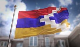 Rendu du drapeau 3D de République du Haut-Karabagh sur le bâtiment de ciel bleu Photos libres de droits