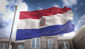 Rendu du drapeau 3D du Paraguay sur le fond de bâtiment de ciel bleu Photo libre de droits