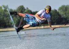 Rene Konrad monte un wakeboard pendant la concurrence de wakeboard image libre de droits