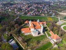 Renesansu kasztel na wzgórzu w Nowy WiÅ› nicz, Polska, powietrzny trutnia widok obraz stock