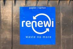 Renewi ne gaspillent plus de logo sur un conteneur en plastique de salet? photo stock