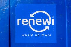 Renewi ne gaspillent plus de logo sur un conteneur en plastique de salet? photos stock