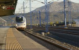 Renfe Wysoka prędkość AVE S-102 od MÃ ¡ laga przewodzi Madryt przy Santa Ana stacją kolejową zdjęcie stock