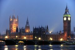 renferme la neige du parlement de tombée de la nuit Photo stock