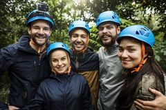 Renforcement d'équipe extérieur dans la forêt image stock