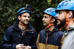Renforcement d'équipe extérieur dans la forêt image libre de droits