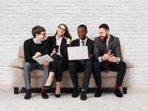 Renforcement d'équipe, équipe multi-ethnique s'asseyant sur la réunion photos libres de droits