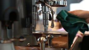 Rengöra av en kaffemaskin lager videofilmer