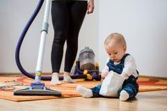 Rengöra hem - moder och barn Royaltyfri Fotografi