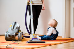 Rengöra hem - moder och barn Fotografering för Bildbyråer