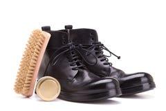 Rengöra och omsorg av skor på en vit bakgrund Arkivfoto