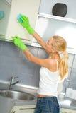 rengörande damp som gör kvinnan arkivfoto