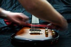 Rengörande elektrisk gitarr Arkivbild