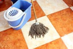 Rengörande golv med golvmopp Royaltyfri Fotografi