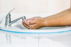 Rengörande händer Tvättande händer Royaltyfria Bilder
