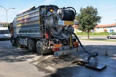 Rengörande lastbilpumpar Arkivfoto