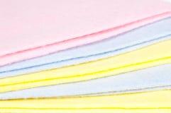 rengörande mångfärgade trasor Arkivbild
