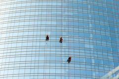 Rengörande service av det Unicredit tornet i Milan, Italien royaltyfria foton