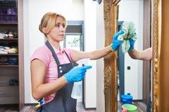 rengörande service Kvinna som hemma torkar väggspegeln arkivbilder