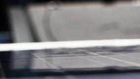 Rengörande solpaneler på korsslutet upp stock video