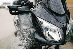 Rengörande svart touristic moped royaltyfria foton