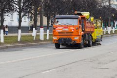 rengörande tät maskingata upp Göra ren vårgatan i en liten stad i Ryssland Stad av Cheboksary, Chuvashrepublik, Ryssland, 01/05 Royaltyfri Bild