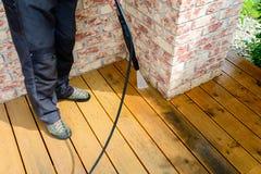 rengörande terrass med maktpackningen - rengöring för tryck för högt vatten arkivfoton