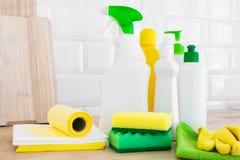 Rengörande uppsättning för olika yttersidor Lokalvårdprodukter eller hem- rengörande begrepp royaltyfria bilder