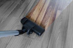 Rengörande wood golv för laminat, dammsugarelokalvårddamm och smuts arkivbild