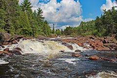 Rengöring och knaprig nordlig Ontario vattenfall Arkivbilder