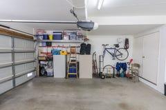 Rengöring organiserat förorts- garage royaltyfri foto