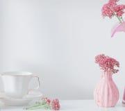 Rengöringdisk och blommor på trähylla Arkivbilder