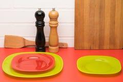 Rengöringdisk på tabellen för din matbakgrund Fotografering för Bildbyråer