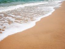Rengöringen och vit vinkar på stranden Royaltyfri Fotografi