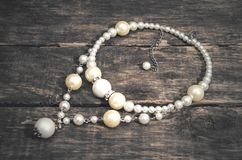 rengöringsduk för pärla för daggmorgonhalsband Juvel för kvinnor royaltyfria bilder