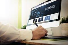 rengöringsdukbärare som planlägger en innovativ website Royaltyfria Bilder
