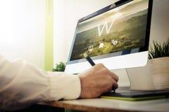 rengöringsdukbärare som planlägger en website Arkivfoton