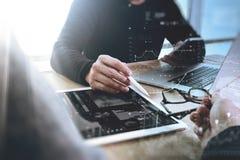 Rengöringsdukformgivare för två kollega som diskuterar data och den digitala minnestavlan arkivbild